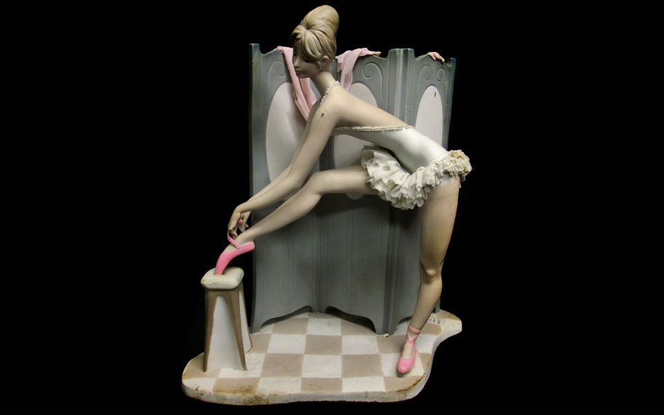 Lladro figurine of porcelain: Behind the screen